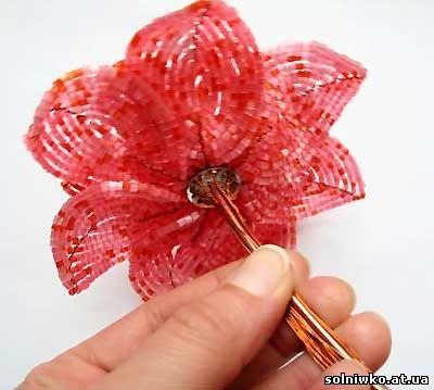Прикручиваем к цветку выполненному своими руками во французской технике дугами, толстую проволоку овнову стебля
